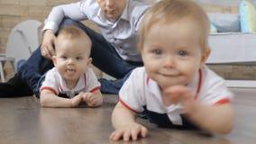 Famille, bonheur, paternité, concept de condition parentale banque de vidéos