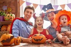 Famille célébrant Halloween Image stock