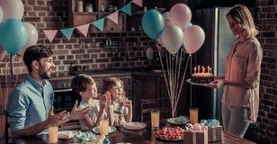 Famille célébrant l'anniversaire Photo stock