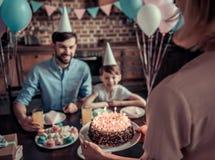 Famille célébrant l'anniversaire Image libre de droits