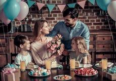 Famille célébrant l'anniversaire Photos libres de droits
