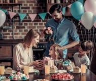 Famille célébrant l'anniversaire Photos stock