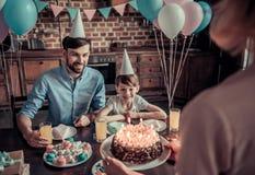 Famille célébrant l'anniversaire Photographie stock libre de droits