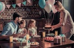 Famille célébrant l'anniversaire Images libres de droits