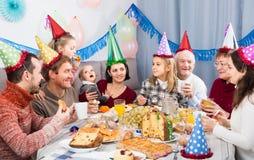 Famille célébrant l'anniversaire de children's pendant le dîner de fête Images stock