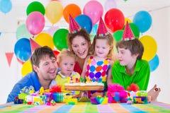 Famille célébrant la fête d'anniversaire Images libres de droits