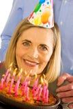 Famille célébrant la fête d'anniversaire avec le gâteau Photo libre de droits