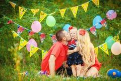 Famille célébrant la fête d'anniversaire en parc vert dehors Image libre de droits