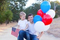 Famille célébrant le 4ème juillet Image stock
