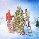 Famille célébrant le concept d'arbre de décoration de Noël Image stock