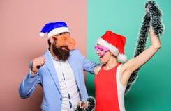 Famille célébrant Noël couples heureux dans le chapeau du père noël Achats de Noël, idée pour votre conception cadeaux Partie de  photographie stock