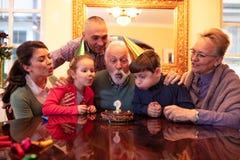 Famille célébrant un jour spécial photo libre de droits