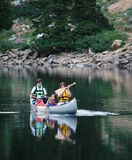 Famille Canoeing au lac Photos libres de droits