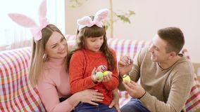 Famille caucasienne se composant du père, de la mère et de l'enfant, se reposant en place sur le divan, et être prêt pour la pein clips vidéos