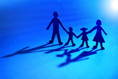 Famille à chaînes de papier dans la lumière Photo libre de droits
