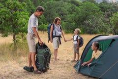 Famille che rasting al campeggio Fotografia Stock Libera da Diritti