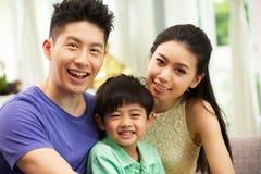Famille chinois s'asseyant et détendant à la maison Image libre de droits