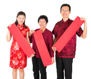 Famille chinoise asiatique retenant des couplets de printemps rouge Photo libre de droits