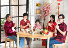 Famille chinoise donnant des salutations photos stock