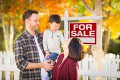Famille chinoise et caucasienne de jeune métis devant pour le signe de vente Image stock