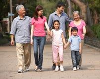 Famille chinoise sur plusieurs générations en stationnement images libres de droits