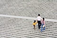 Famille chinoise sur un grand escalier, Xian, Chine Photo libre de droits