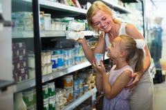Famille choisissant des marchandises de laiterie photographie stock libre de droits