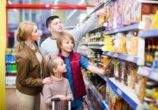 Famille choisissant la céréale dans le supermarché photos libres de droits