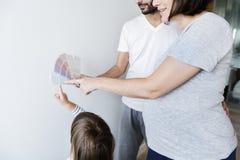 Famille choisissant la décoration de couleur de mur image stock
