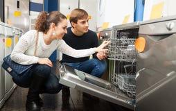 Famille choisissant la nouvelle machine à laver la vaisselle photos libres de droits