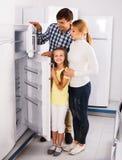 Famille choisissant le réfrigérateur dans le magasin Photographie stock