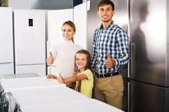 Famille choisissant le réfrigérateur dans le magasin Photos stock