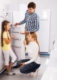 Famille choisissant le réfrigérateur dans le magasin Photo libre de droits
