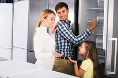Famille choisissant le réfrigérateur dans le magasin Images stock