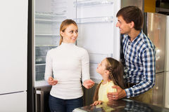 Famille choisissant le réfrigérateur dans le magasin Image libre de droits