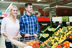Famille choisissant les fruits saisonniers dans la section d'épicerie Photographie stock libre de droits