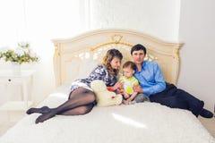 Famille, condition parentale et concept d'enfants - la mère, le père heureux et le fils jouant ainsi que le nounours concernent l Photo stock