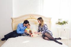 Famille, condition parentale et concept d'enfants - la mère, le père heureux et le fils jouant ainsi que le nounours concernent l Image libre de droits