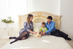 Famille, condition parentale et concept d'enfants - la mère, le père heureux et le fils jouant ainsi que le nounours concernent l Images stock