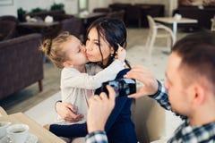 Famille, condition parentale, technologie, concept de personnes - père heureux prenant la photo de sa petites fille et épouse par Photo libre de droits