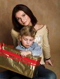 Famille contrôlant des cadeaux de Noël Image libre de droits