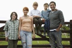 Famille contre la barrière In Field Image libre de droits