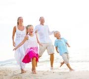 Famille courant sur la plage Photographie stock
