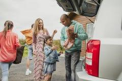 Famille déballant la voiture image libre de droits