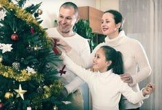 Famille décorant l'arbre de Noël photos stock