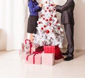 Famille décorant un arbre de Noël dans la vie Images libres de droits