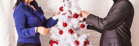 Famille décorant un arbre de Noël dans la vie Photos libres de droits