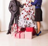 Famille décorant un arbre de Noël dans la vie Images stock