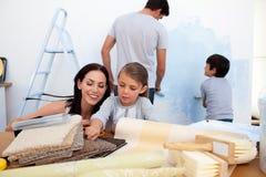 Famille décorant une salle Photographie stock libre de droits