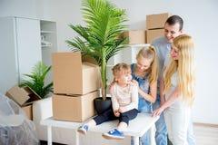 Famille déménageant à une maison neuve Photo stock